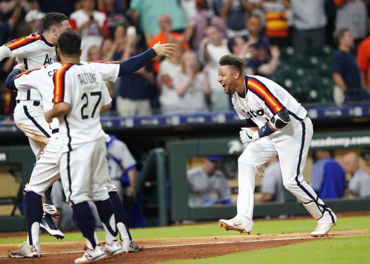 El jugador de los Astros de Houston Yuli Gurriel (derecha) celebra con sus compañeros de equipo después de anotar el cuadrangular definitorio de su victoria 2-1 sobre los Marineros de Seattle durante la 10ma entrada del juego la noche del viernes 28 de junio de 2019, en Houston. Foto: David J. Phillip / AP.