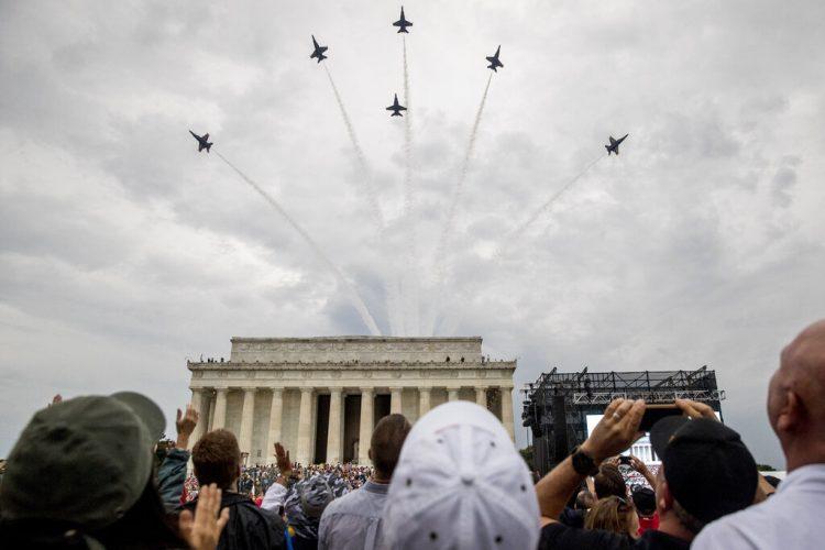 El escuadrón de los Ángeles Azules de la Marina de Estados Unidos sobrevuela el Monumento a Lincoln al concluir la celebración del presidente Donald Trump del Día de la Independencia en Washington el jueves 4 de julio de 2019. Foto: Andrew Harnik / AP.