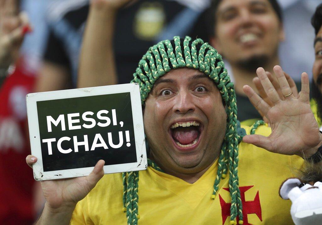 """Un hincha brasileño muestra un letrero que dice """"chau Messi"""", al concluir la semifinal de la Copa América entre Brasil y Argentina en Belo Horizonte, el martes 2 de julio de 2019. Foto: Natacha Pisarenko / AP."""