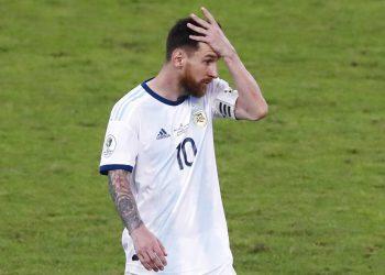 Lionel Messi se lleva una mano a la cabeza al abandonar la cancha tras la derrota de Argentina frente a Brasil en la semifinal de la Copa América, el martes 2 de julio de 2019, en Belo Horizonte. Foto: Nelson Antoine / AP.