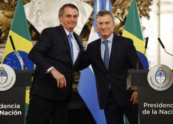 El presidente de Brasil, Jair Bolsonaro, a la izquierda, abraza al presidente de Argentina, Mauricio Macri, en la casa de gobierno en Buenos Aires, Argentina, el jueves 6 de junio de 2019. Foto: Natacha Pisarenko / AP / Archivo.