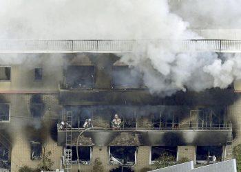 Bomberos trabajan en la extinción de un incendio en el edificio de tres plantas donde se encuentra el estudio de animación Kyoto Animation, en Kioto, Japón, el 18 de julio de 2019. Foto: Kyodo News / AP.