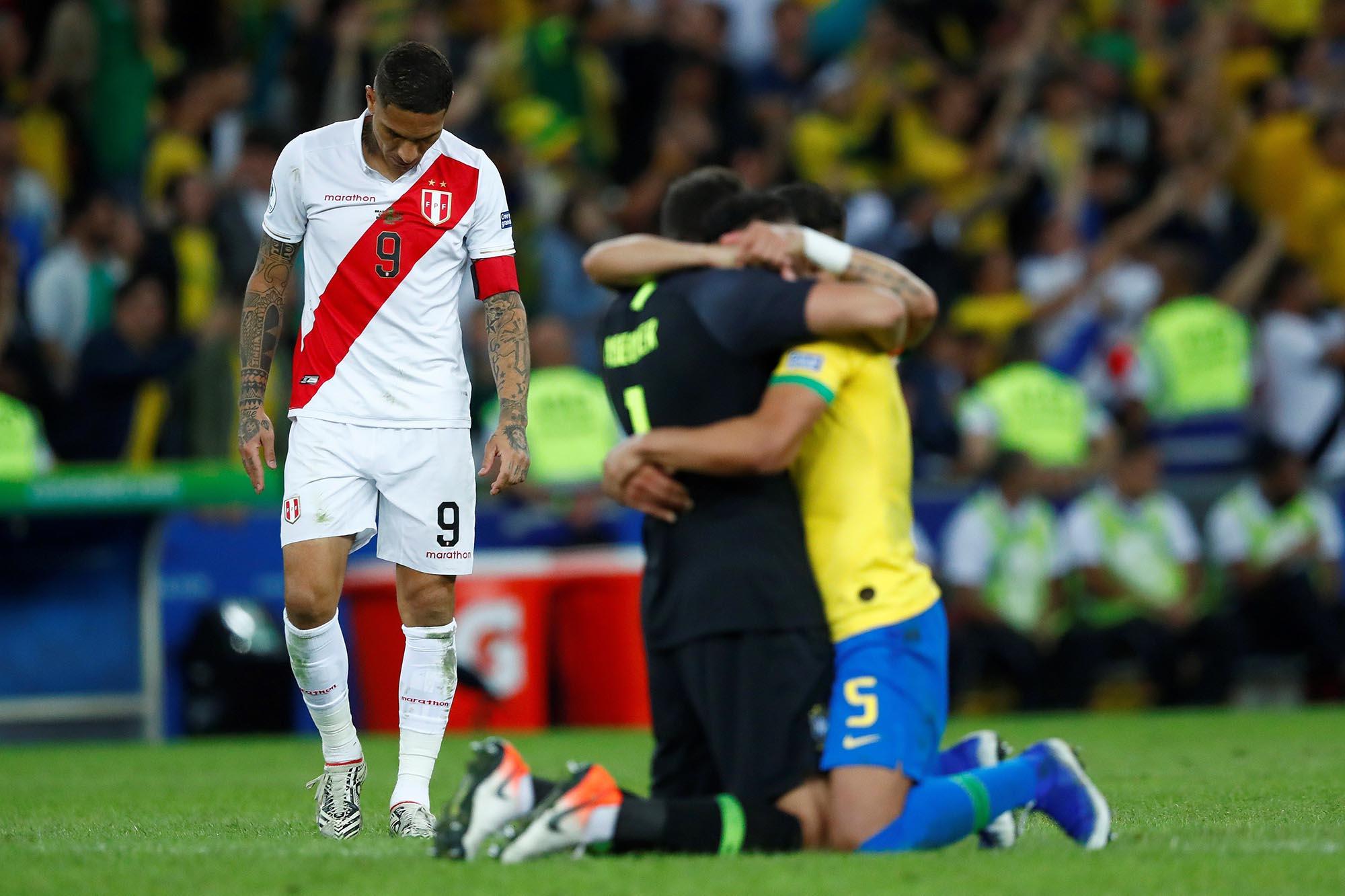 Paolo Guerrero (i) de Perú se lamenta tras la derrota de Perú ante Brasil 3-1 en la final de la Copa América de Fútbol 2019, en el Estadio Maracaná de Rio de Janeiro, Brasil, el domingo 7 de julio de 2019. Foto: Yuri Edmundo / EFE.