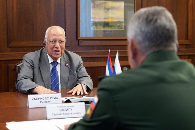 El vicepresidente cubano, Ricardo Cabrisas (de frente), dialoga con el ministro de Defensa ruso, Serguéi Shoigú, durante un encuentro en Moscú. Foto: @mod_russia / Twitter.