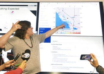 La sismóloga Lucy Jones habla durante una conferencia de prensa en el Caltech en Pasadena, California, el jueves 4 de julio de 2019, después de que un sismo remeciera el sur de California y partes de Nevada. Foto: John Antczak / AP.