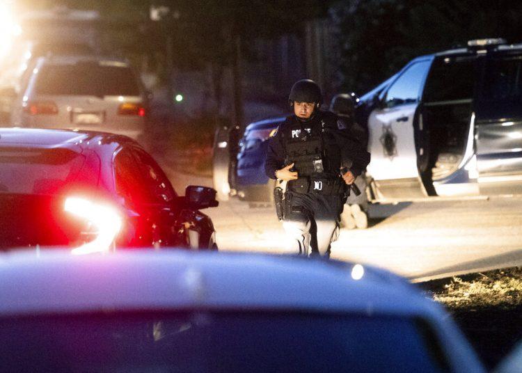 Policías trabajan en la escena de un tiroteo en el Festival del Ajo de Gilroy, en Gilroy, California, el domingo 28 de julio de 2019. Foto: Noah Berger / AP.