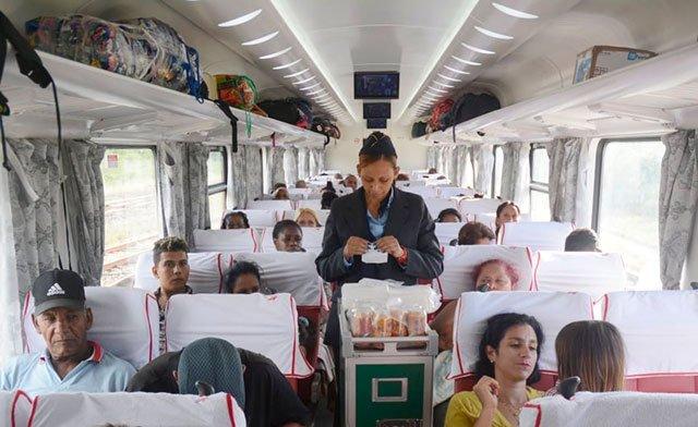 El nuevo tren cubano con coches comprados a China, en su primer viaje a Santiago de Cuba este fin de semana. Foto: ACN.