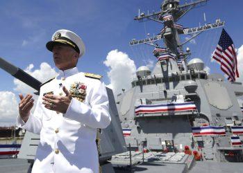 El almirante de la Armada Craig Faller, jefe del Comando Sur de Estados Unidos, habla con los medios después de una ceremonia de presentación del buque de guerra Paul Ignatius de la Marina estadounidense, el sábado 27 de julio de 2019, en Port Everglades en Fort Lauderdale, Florida. Foto: Lynne Sladky / AP.