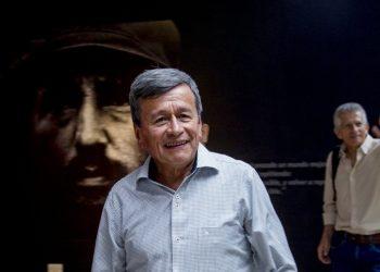 Al frente de una imagen de Fidel Castro, el comandante de la guerrilla colombiana Ejército de Liberación Nacional, Pablo Beltrán, al centro, y Aureliano Carbonel, al fondo, terminan una conferencia de prensa en La Habana, Cuba, el miércoles 3 de julio de 2019. Foto: Ismael Francisco / AP.