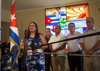 La subdirectora para Estados Unidos del Ministerio de Exteriores cubano (MINREX), Johana Tablada (i), habla ante la prensa sobre el estudio publicado por la Universidad de Pensilvania el martes 23 de julio de 2019, en La Habana. Foto: Yander Zamora / EFE.