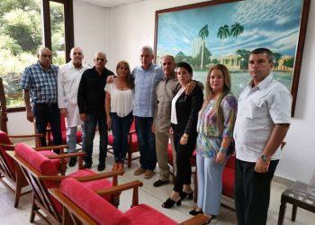 El presidente de Cuba,Miguel Díaz-Canel (5-i), con familiares del cirujano Landy Rodríguez, uno de los dos médicos cubanos secuestrados hace más de tres meses en el norte de Kenia. Foto: @DiazCanelB / Twitter.