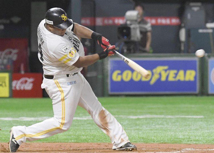El slugger cubano Alfredo Despaigne con el uniforme de los Halcones de Softbank. Foto: The Japan Times.