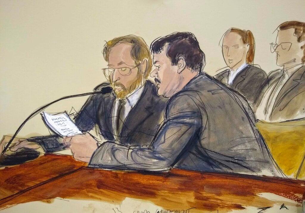 """En este dibujo hecho en una sala de la corte federal de Brooklyn, en Nueva York, el miércoles 17 de julio del 2019, Joaquín """"El Chapo"""" Guzmán, a la derecha, lee un documento, junto a un intérprete, minutos antes de ser sentenciado a cadena perpetua. Foto: Elizabeth Williams vía AP."""