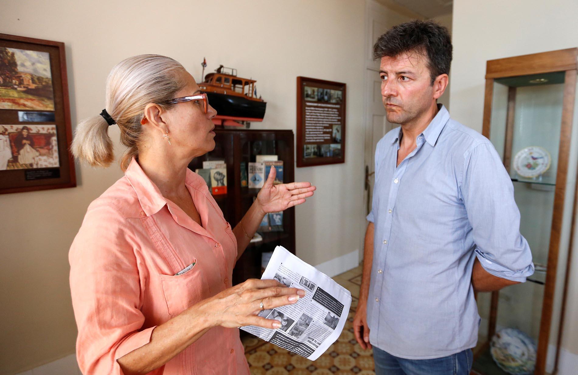 El periodista español Pablo López (d) conversa con Esperanza García, trabajadora del Hotel Ambos Mundos en la que fuera la habitación preferida del hotel de Ernest Hemingway, el 22 de junio de 2019, en La Habana. Foto: Ernesto Mastrascusa / EFE.