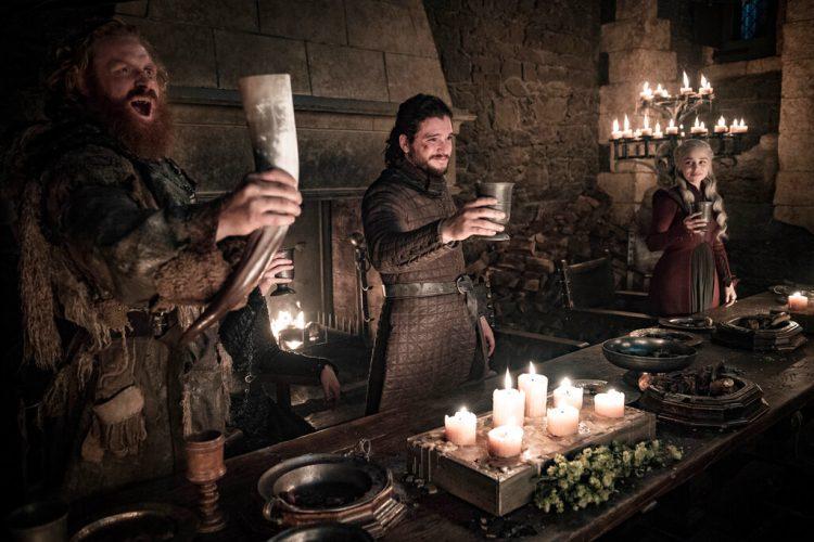"""En esta imagen difundida por HBO, Kristofer Hivju, Kit Harington y Emilia Clarke, de izquierda a derecha, en una escena de """"Game of Thrones"""". Foto: Helen Sloan/HBO vía AP."""