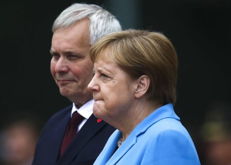 La canciller de Alemania, Angela Merkel, y el primer ministro de Finlandia, Antti Rinne, escuchan los himnos nacionales durante un acto de bienvenida en la cancillería, en Berlín, Alemania, el 10 de julio de 2019. Foto: Markus Schreiber / AP.