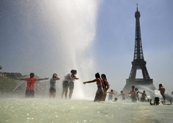 Niños se refrescan en la fuente del Trocadero, París, el miércoles 26 de junio de 2019. Foto: Francisco Seco / AP.