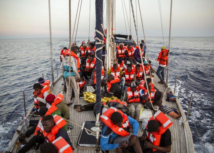Unos migrantes descansan en un barco del grupo humanitario italiano Mediterranea Saving Humans frente a la costa de la isla más al sur de Italia de Lampedusa, el jueves 4 de julio de 2019. Foto: Olmo Calvo / AP.