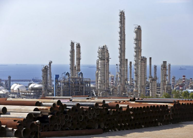 En esta imagen del 19 de noviembre de 2015 se muestra una vista general de un complejo petroquímico en el yacimiento de gas South Pars en Asaluyeh, Irán, en la costa norte del Golfo Pérsico. Foto: Ebrahim Noroozi / AP / Archivo.