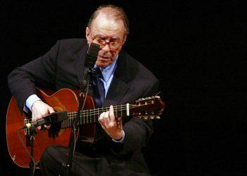 El compositor brasileño Joao Gilberto toca la guitarra en el Carnegie Hall, en Nueva York, el 18 de junio de 2004. Foto: Mary Altaffer / AP.
