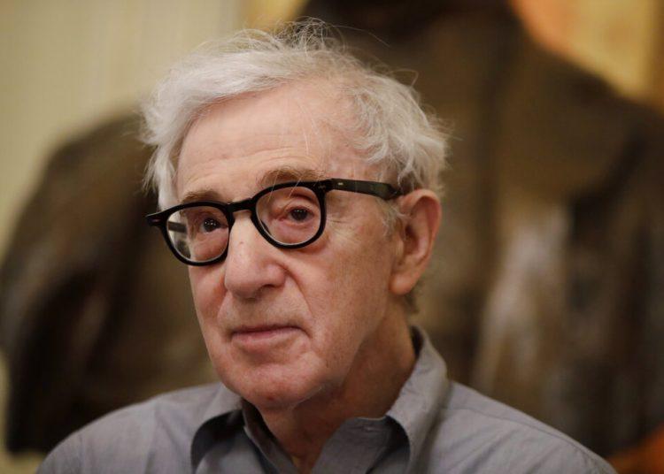 """El director Woody Allen da una conferencia de prensa en La Scala, en Milán, Italia, el martes 2 de julio del 2019. Allen dirige una puesta de la ópera """"Gianni Schicchi"""" de Puccini que se estrena el sábado en Milán. La puesta se estrenó en Los Ángeles y hace su debut en La Scala. Foto: Luca Bruno / AP."""