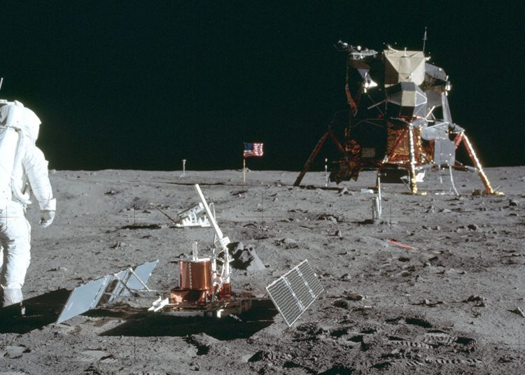 En esta foto del 20 de julio de 1969, el astronauta Buzz Aldrin Jr. se encuentra junto al dispositivo de Experimento Sísmico Pasivo en la superficie de la luna durante la misión Apollo 11. Foto: Tomada de abc7chicago.com.