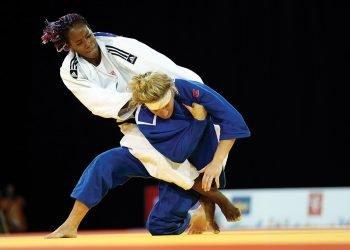 Foto de archivo de un combate de la judoca cubana Maylin del Toro (arriba), una de las principales figuras de la selección femenina de la Isla. Foto: Julio Cortez / AP / Archivo.