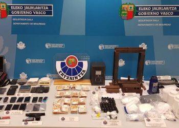 """Drogas y objetos incautados por la Policía Autonómica del País Vasco en la llamada operación """"Volcano"""". Foto: El Diario Vasco."""