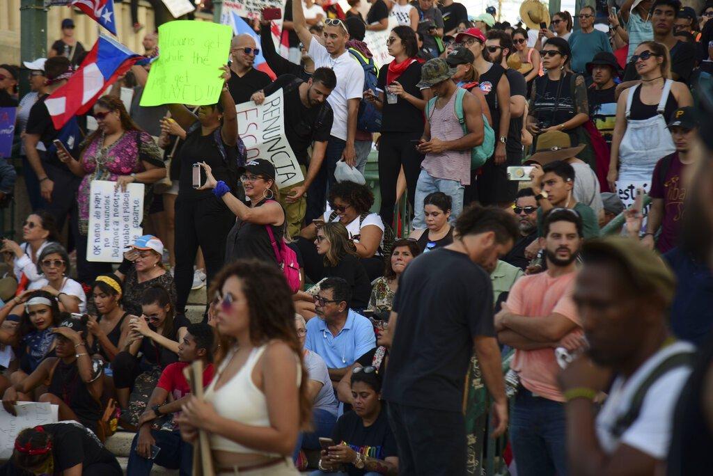 Manifestantes se reúnen en la Plaza Quinto Centenario para protestar contra el gobernador Ricardo Rossello, en San Juan, Puerto Rico, el miércoles 17 de julio de 2019. Foto: Carlos Giusti/AP.