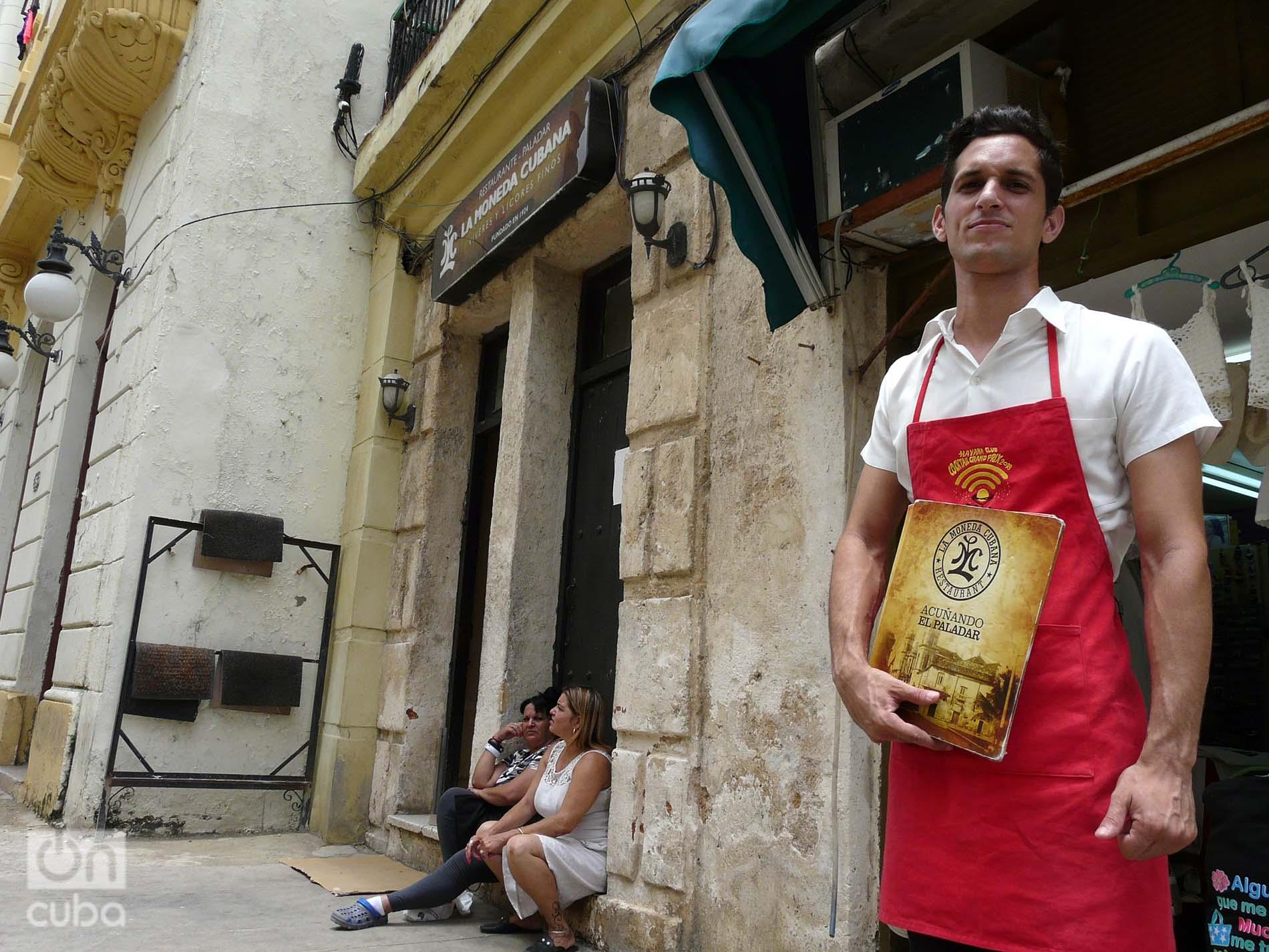 Brian a la entrada del restaurante La moneda cubana. Foto: Ángel Marqués Dolz.