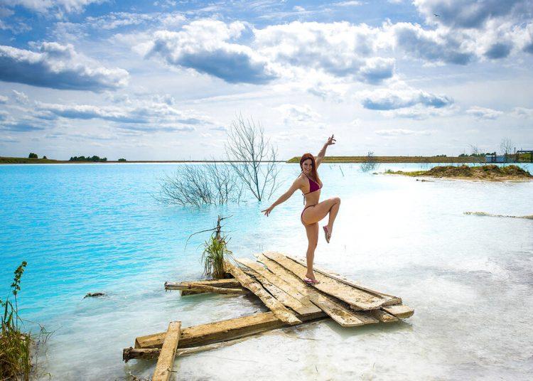 En esta foto sin fecha tomada por mrwed54, una mujer posa junto a un lago en la ciudad siberiana de Novosibirsk, 2.800 kilómetros al este de Moscú, Rusia. (mrwed54 via AP)
