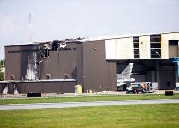 Esta imagen muestra un hangar dañado tras recibir el impacto de un avión bimotor que despegaba en el aeropuerto de Addison, Texas, el domingo 30 de junio de 2019. No hubo sobrevivientes. Foto: Shaban Athuman/The Dallas Morning News vía AP.