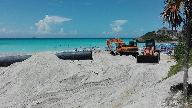 Vertimiento de arena en la playa de Vardero. Foto: Radio Rebelde.