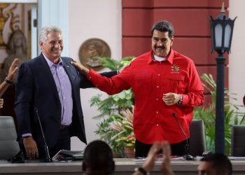 El presidente cubano Miguel Díaz-Canel (i) junto a su homólogo venezolano Nicolás Maduro en la clausura del Foro de Sao Paulo en Caracas, el domingo 28 de julio de 2019. Foto: Rayner Peña / EFE.