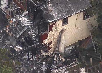 Imagen de la casa incendiada tras recibir el impacto de una avioneta en NUeva York, el sábado 17 de agosto de 2019. Foto: nbcnewyork.com