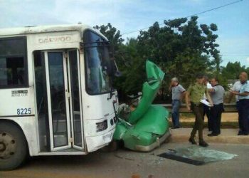 Foto del ómnibus y el automóvil involucrados en un accidente de tránsito ocurrido en Guanajay, en el occidente de Cuba, el 21 de agosto de 2019. Foto: Yanet del Valle García / Facebook.