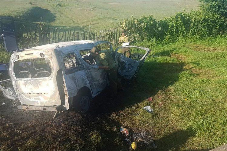 Oficiales del Ministerio del Interior de Cuba investigan en el vehículo accidentado en la madrugada de este 22 de agosto de 2019 en Majibacoa, Las Tunas, hecho en el que perdieron la vida seis personas. Foto: Tunas Visión.