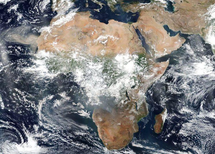 En esta imagen satelital del 26 de agosto de 2019 cortesía de la NASA se observa el continente africano. Aunque el mundo se ha centrado en los incendios que arden en la Amazonia brasileña, las imaágenes satelitales muestran un número mucho mayor de conflagraciones en el continente africano. (NASA via AP)