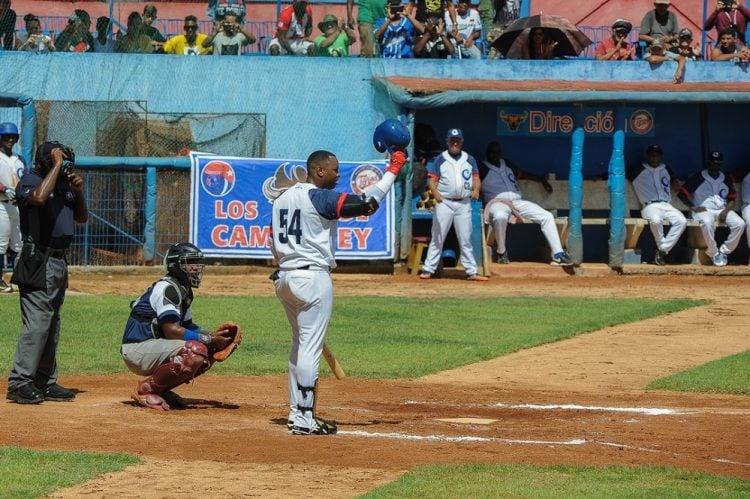Leslie Anderson recibió una ovación del Cándido González en su primer turno. Foto: Leandro A. Pérez / Facebook.
