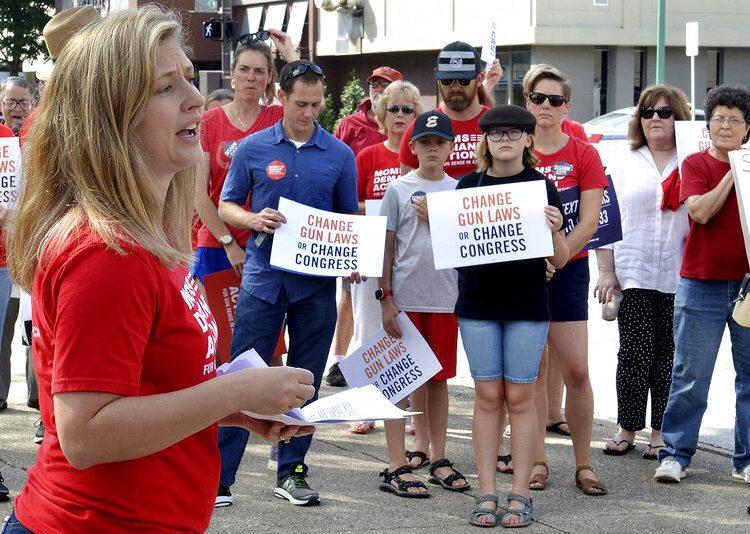 Tosha Pelfrey, del grupo Moms Demand Action, hace declaraciones durante una protesta contra la violencia derivada de las armas de fuego frente a Edificio United en Charleston, Virginia Occidental, el sábado 17 de agosto de 2019. Foto: Chris Dorst/Charleston Gazette-Mail vía AP.
