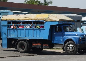 Camión privado para el transporte de pasajeros en Cuba. Foto: sunkinindia.blogspot.com