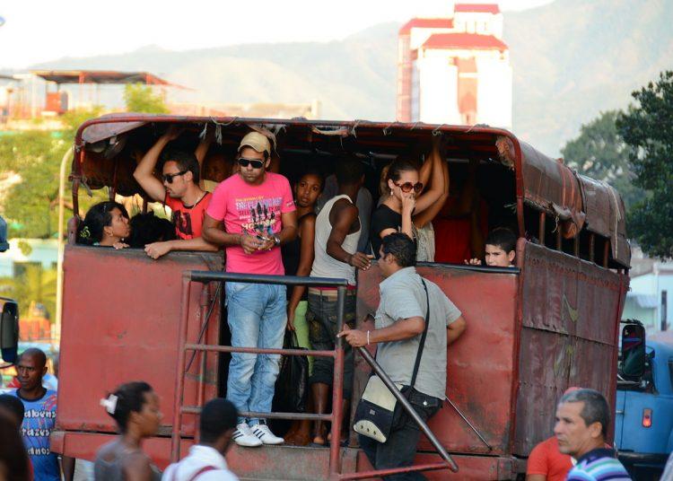 Camioneta privada utilizada para el transporte urbano en Santiago de Cuba. Foto: wikimedia.org / Archivo.
