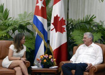 El presidente cubano Miguel Díaz-Canel recibió el miércoles a la canciller canadiense en La Habana. Foto: Estudios Revolución/Cubadebate.