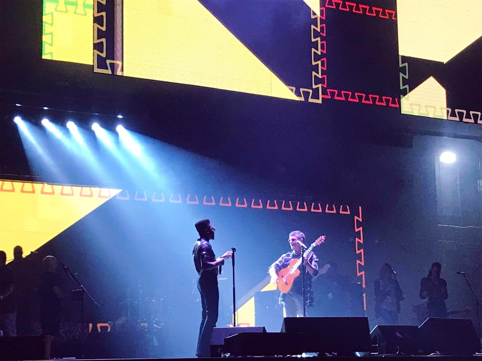 Cimafunk con Alejando Sanz en el Madison Square Garden. Foto: @CimafunkOficial/FB.
