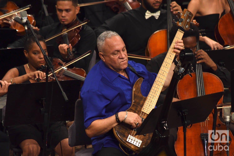 """El bajista Carlos del Puerto, en el concierto """"Clásicos a lo cubano"""", en el Teatro Nacional de La Habana. Foto: Otmaro Rodríguez."""
