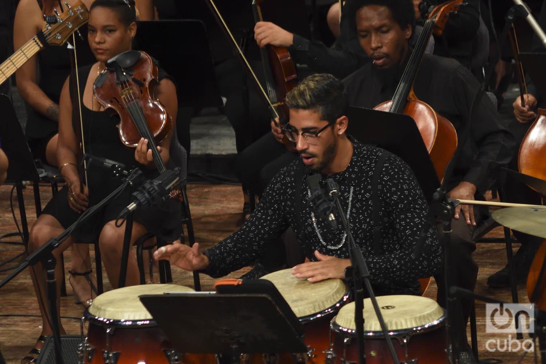 """El percusionista José Julián Morejón en el concierto """"Clásicos a lo cubano"""", en el Teatro Nacional de La Habana. Foto: Otmaro Rodríguez."""