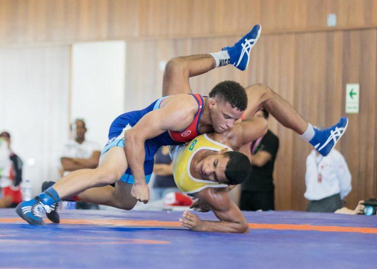 Ismael Borrero (arriba), campeón mundial y olímpico, y una de las principales figuras de la lucha cubana en la actualidad. Foto: Inside the Games / Twitter / Archivo.