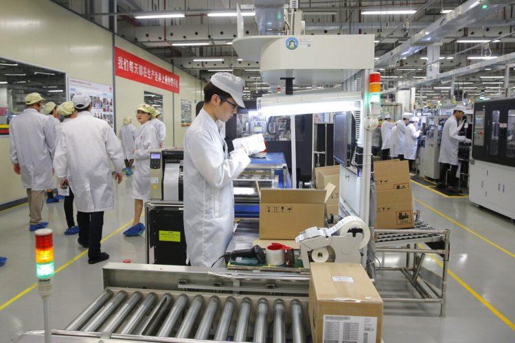 En esta foto de archivo del 6 de marzo de 2019, un obrero trabaja en una línea de producción de teléfonos celulares durante una gira de prensa a la fábrica de Huawei en Dongguan, China. Foto: Kin Cheung / AP / Archivo.
