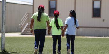 Imagen de archivo de tres inmigrantes menores de edad en el Centro Residencial para Familias del Sur de Texas, perteneciente al Servicio de Control de Inmigración y Aduanas en Dilley, Texas. Foto: Eric Gay / AP / Archivo.
