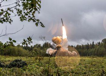 Imagen sin fecha del ministerio de Defensa ruso, que muestra un misil ruso Iskander-K lanzado durante un ejercicio militar en un campo de entrenamiento cerca de San Petersburgo. Foto: Servicio de Prensa del Ministerio de Defensa ruso vía AP / Archivo.